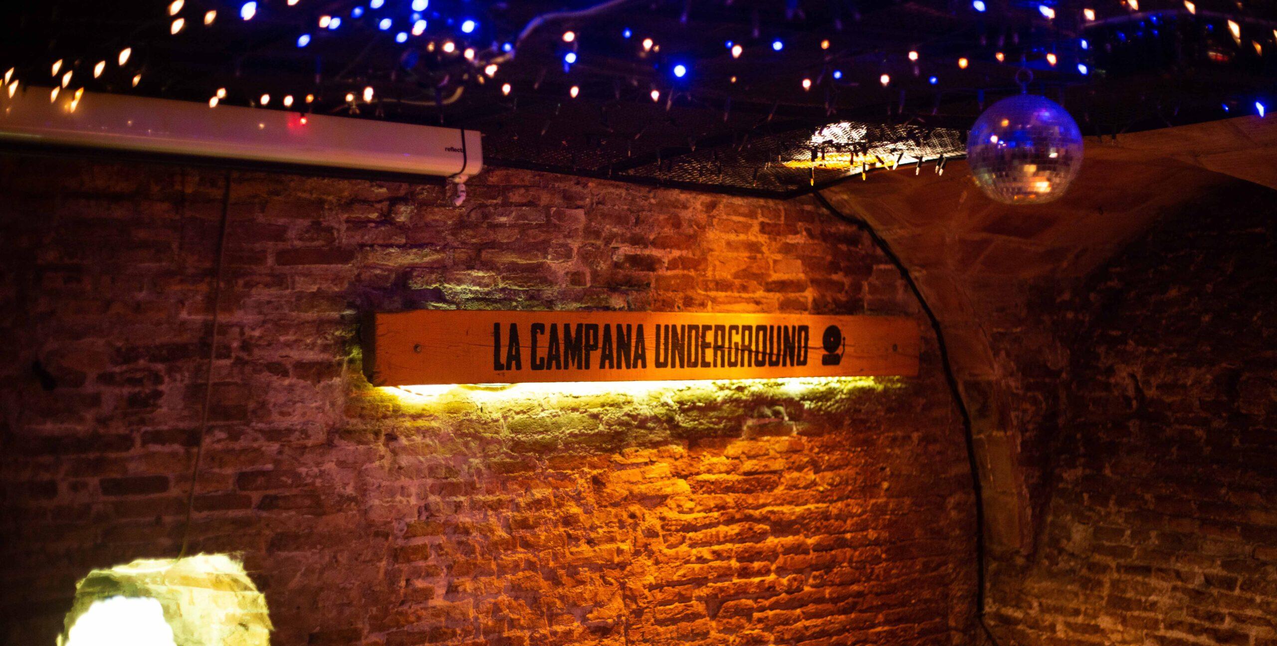 Pared del escenario de La Campana Underground Zaragoza. Las Salas siguen aquí.